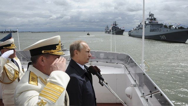 Russian President Vladimir Putin (R) takes part in celebrations for Navy Day in Baltiysk, Kaliningrad region, Russia, July 26, 2015. REUTERS/RIA Novosti/Mikhail Klimentyev/Kremlin ATTENTION EDITORS - THIS IMAGE HAS BEEN SUPPLIED BY A THIRD PARTY. IT IS DISTRIBUTED, EXACTLY AS RECEIVED BY REUTERS, AS A SERVICE TO CLIENTS. - RTX1LUJX