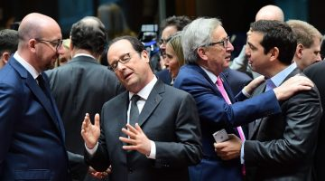 TOPSHOT - Belgian Prime Minister Charles Michel (L), French President  Francois Hollande (2L), European Commission President  Jean-Claude Juncker (C) and Greek Prime Minister Alexis Tsipras speak together ahead of a European Union leaders summit at the European Council in Brussels, on December 15, 2016.  / AFP PHOTO / EMMANUEL DUNAND