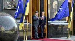 "KIEV, UKRAINE. SEPTEMBER 22, 2015. NATO Secretary General Jens Stoltenberg (R) and Ukraine's President Petro Poroshenko talking after a meeting of Ukraine's National Security and Defense Council. Mykola Lazarenko/Press Office of the President of Ukraine/TASS  ""краина. иев. 22 сент€бр€ 2015. ѕрезидент ""краины ѕетр ѕорошенко и генеральный секретарь Ќј""ќ …енс —толтенберг (слева направо) после заседани€ —овета национальной безопасности и обороны. Ќиколай Ћазаренко/пресс-служба президента ""краины/""ј——"