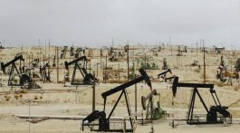 DT1H3P Oil rigs and wells in the Midway-Sunset shale oil fields the largest in California