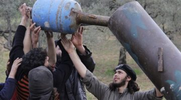 Rebel fighters from Suqour al-Sham Brigade prepare a locally made shell before launching it towards forces loyal to Syria's president Bashar Al-Assad in Idlib countryside March 18, 2015. REUTERS/Mohamad Bayoush (SYRIA - Tags: POLITICS CIVIL UNREST CONFLICT MILITARY TPX IMAGES OF THE DAY) - RTR4TWU7