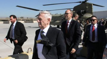 The new Pentagon chief and US Secretary of Defence, James Mattis (C), arrives in the Iraqi capital Baghdad, on February 20, 2017. Mattis, arrived in Baghdad to show support for the Iraqi security forces, more than 80,000 of whom have also received training from the coalition since 2014.  / AFP PHOTO / Thomas WATKINS