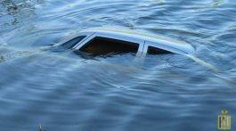 avtomobil_padaet_v_vodu