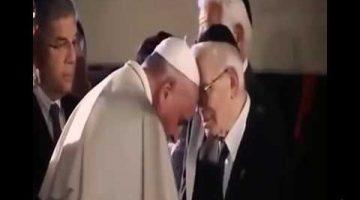 Одним целует руки, других бьет по рукам.Папа Римский во время новогоднего общения с верующими ударил женщину по рукам.